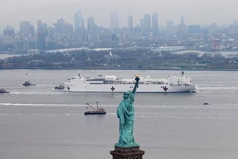 Yhdysvaltain armeijan USNS Comfort -alus lipui Vapauden patsaan ohi New Yorkissa viime maanantaina.