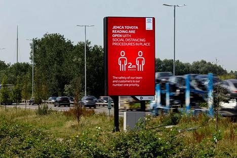Toyotan autokauppa Britanniassa mainosti kesäkuussa noudattavansa turvavälejä.