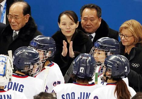 Pohjois-Korea lähetti Kansainvälisen olympiakomitean tukemana Etelä-Korean Pyeongchangin talviolympialaisiin kymmenen urheilijaa helmikuussa 2018. Osa heistä kilpaili maiden yhteisessä naisten jääkiekkojoukkueessa. Kuvassa pohjoiskorealaiset naisjääkiekkoilijat ja maan diktaattorin sisko, Korean työväenpuolueen keskuskomitean jäsen Kim Yo-jong (kesk.).