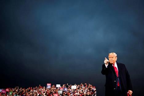 Yhdysvaltain presidentti Donald Trump keskiviikkona vaalitilaisuudessaan Des Moinesin kansainvälisellä lentokentällä Iowassa.