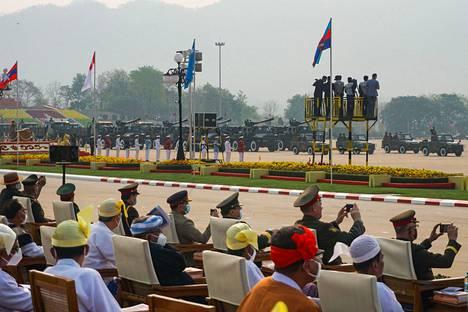 Kunniavieraat seurasivat Myanmarin armeijan paraatia Naypyidawissa lauantaina.