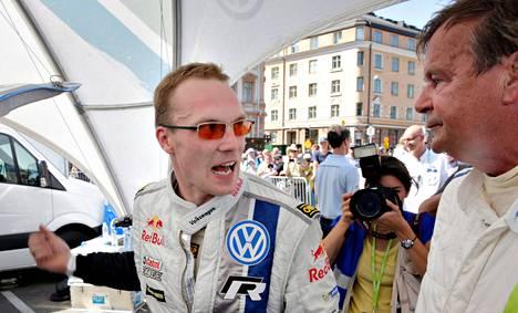 Jari-Matti Latvala esitteli autoaan rallilegenda Markku Alénille lauantaina Neste Oil Helsinki Battle -rallitapahtumassa.