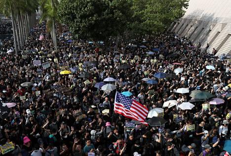 Hongkongin mielensoittajilla oli mukanaan Yhdysvaltain lippu sunnuntaina.