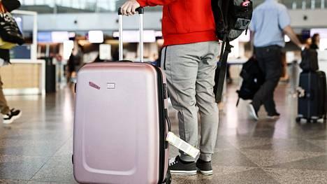 Lentokentillä liikkuu paljon väkeä, joten riski koronavirustartunnalle kasvaa, kertovat asiantuntijat.