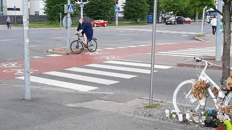 Risteykseen on tuotu valkoinen pyörä kuolleen muistoksi.