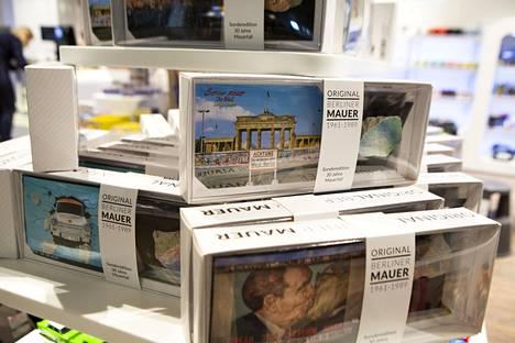 Lentoaseman kauppojen hyllyissä on jo matkamuistoja kuten Berliinin muurin paloja.