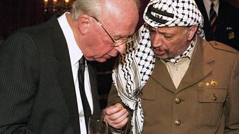 Entisten verivihollisten Jitzhak Rabinin (vas.) ja Jasser Arafatin välit lämpenivät Oslon rauhanprosessin edetessä