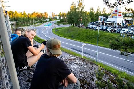 Miko Rosti, Veeti Niemi ja Severi Mäntysaari haaveilevat nopeista autoista.