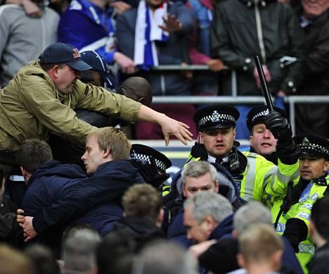 Millwallin kannattajat tappelivat keskenään ja poliisien kanssa Wigania vastaan pelatussa FA Cupin välierässä. Wigan voitti viime viikolla pelatun ottelun 2–0.