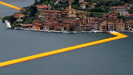 Kelluvat laiturit (The Floating Piers) kulkee 16 metriä leveänä nauhana Lago d'Iseolla.