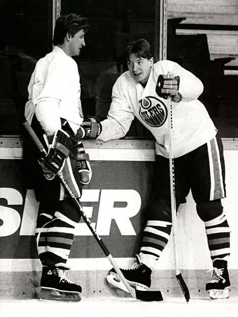 Wayne Gretzky (vas.) ja Jari Kurri vuonna 1986 Edmonton Oilersin harjoituksissa.