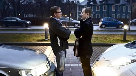 Hannu Hänninen ajaa etanoli-Saabilla ja Janne Kosken ajopelinä on tuliterä Nissanin sähköauto.
