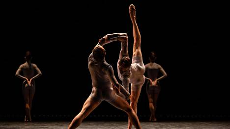 Tanssiarvostelu   Kansallisbaletin nuorisoryhmä teki hienoa työtä vastakkaisissa teoksissa, joissa tarvitaan sekä vaateliasta balettipohjaista tanssia että rosoista vavahtelua