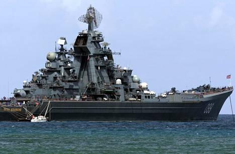 Ydinkäyttöinen taisteluristeilijä Pietari Suuri kuvattiin Caracasin edustalla vuonna 2008. Se ja Neuvostoliiton kehittämä valtavan kokoinen ydinkäyttöinen sukellusvene Dmitrij Donskoi saapuvat Suomenlahdelle ensi kesänä.