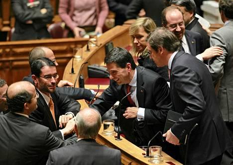 Portugalin valtiovarainministeri Vitor Gaspar otti vastaan onnitteluja kansanedustajilta säästöbudjetin läpimenon jälkeen.