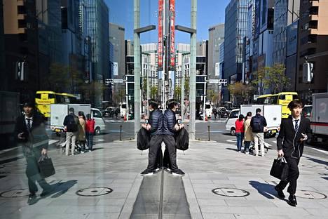 Kiireinen liikemies Tokion Ginza-alueella keskiviikkona.