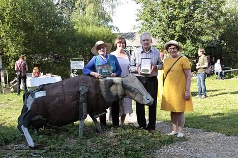 Liisa Ruismäki, Paula Yliselä, Alpo Koivumäki ja Raija Kallioinen kokoontuivat juuri julkaistun Alpon savannilla -kirjan sekä ison Santeri Alkio -mitalin kera taiteilijan mieluisimman teoksen äärelle.