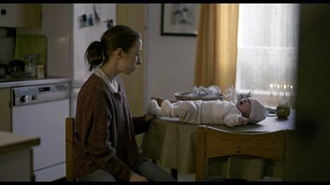 Mikko Kuparisen Sirocossa nainen löytää roskiksesta vauvan.