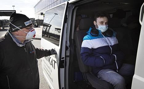 Pietarissa lomaillut Leonardo Caballero sai kuljettaja Jukka Jyrkiseltä kyydin takaisin Suomeen. Kotona Helsingissä Caballeroa odotti kahden viikon karanteeni.