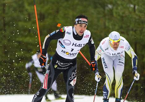 Lauantain sprintissä Ristomatti Hakola (1) hävisi Matias Strandvallille (oik.)