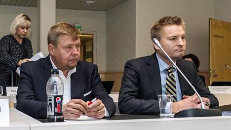 Talvivaaran kaivoksen perustaja Pekka Perä ja asianajaja Markus Kokko Rovaniemen hovioikeuden istunnossa Kajaanissa lokakuussa 2017. Hovioikeus tuomitsi Perän puolen vuoden ehdolliseen vankeusrangaistukseen törkeästä ympäristön turmelemisesta.