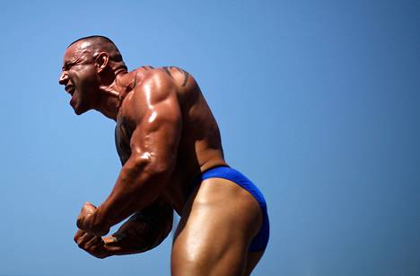 Kehonraketanaja esitteli muskeleitaan Venice Beachilla Los Angelesissa heinäkuussa 2013.
