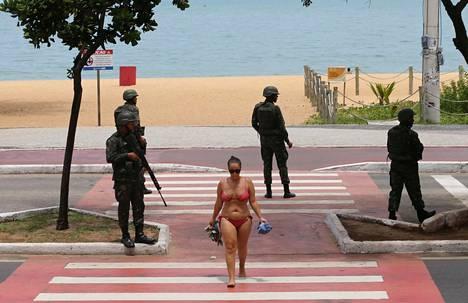 Auringonpalvoja poistuu hiekkarannalta keskiviikkona Vittoriassa, Brasilian Espirito Santon maakunnassa sijaitsevassa rantakaupungissa. Kaupungin poliisit ovat lakossa, ja paikalle on määrätty armeija järjestyksenpitoon.