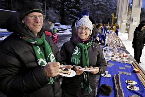 Akilleksen kannattajiin kuuluvat Jan-Erik Smidtslund ja Anu Kalmari kehuivat Botnian juhlakakkua.