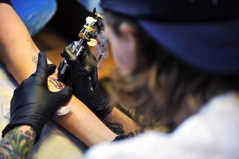 Suomessa tatuoinneissa käytettyjen väriaineiden turvallisuutta valvoo Turvallisuus- ja kemikaalivirasto. Tatuointiväreille ei ole toistaiseksi omaa lainsäädäntöä, vaan ne lasketaan kemikaalilainsäädännön säätelemiksi kemikaaleiksi.