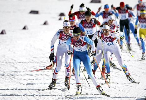 Kerttu Niskanen (keskellä) hiihti norjalaisen kärkikolmikon jäljessä neljänneksi.