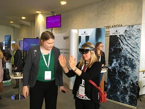 Kaisamaija Marttila (vas.) demonstroi Valmetin huoltosimulaatiota, joka on tehty Hololens-laseille sekoitettuun todellisuuteen.