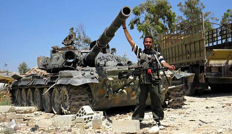 Syyrian kapinallisten edustaja poseerasi Serminin kaupungissa Syyriassa perjantaina.