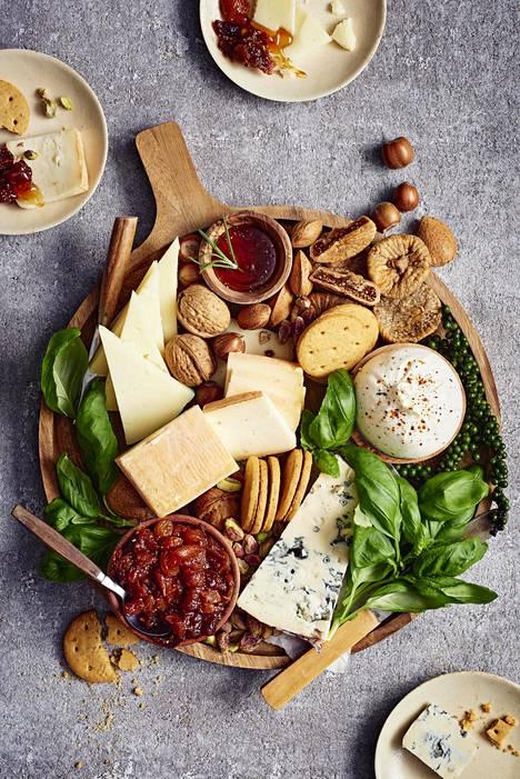 Juustotarjottimen herkut voi valita vaikka maateeman mukaisesti. Tämän tarjottimen juustot tulevat Italiasta.