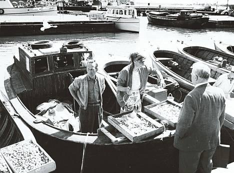 Veneistä myydään taatusti tuoreita, samana päivänä pyydystettyjä silakoita Kauppatorin rannassa. Silakoiden hinta on 60–70 penniä kilolta. Kalastajien kertoman mukaan kesän kalasaalis on jokseenkin normaali, ehkä vähän parempi kuin viime kesänä.