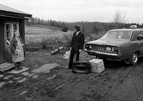 """Sarjasta Siirtosuomalainen (Tuupovaara, 1973). """"Ben Kaila ja Risto Vuorimies opiskelivat valokuvausta Tukholmassa 1970-luvun alussa, ja tuolloin he valokuvasivat Suomesta Ruotsiin muuttaneita siirtolaisia. Palattuaan kotimaahan he matkustivat Pohjois-Karjalaan katsomaan kyliä, joita suuri muutto oli tyhjentänyt. Ajan henki tiivistyy Kailan Tuupovaarassa ottamaan tilannekuvaan."""""""