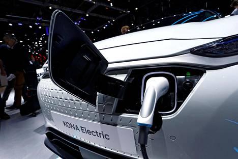 Hyundain Kona Electric latauksessa Geneven autonäyttelyssä.
