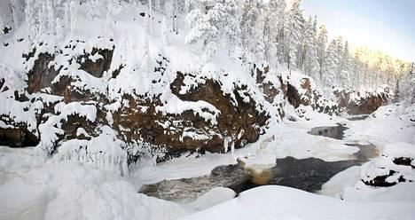 Oulangan kansallispuiston Kiutaköngäs (panoraamakuva koostettu kahdesta kuvasta) Kuusamossa 2. helmikuuta 2012.
