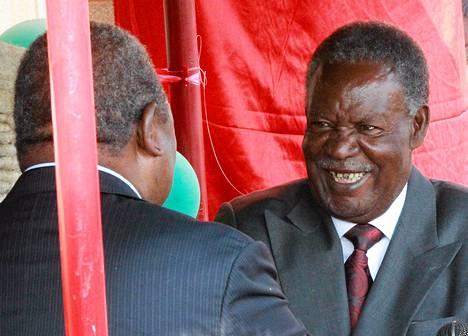 Sambian entinen presidentti Rupiah Banda (vas.) onnitteli uutta presidenttiä Michael Sataa.