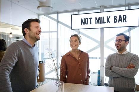 Pohjoismaiden liiketoimintajohtaja Jonas Persson Follin, projektijohtaja Hanna Meinl ja asiakkuusjohtaja Karvan Shahabi keskustelivat Oatlyn pääkonttorilla Malmössä.