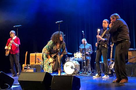 Emilia Sisco esitti huuliharpisti Helge Tallqvistin (oik.) yhtyeen solistina myös omia kappaleitaan.