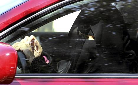 Hunnutettu nainen ajoi autoa Saudi Arabiassa tiistaina .
