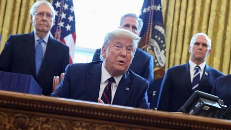 Moni republikaanijohtaja seisoo yhä presidentti Donald Trumpin takana. Senaatin republikaaniryhmän johtaja Mitch McConnell (vas.), presidentti Donald Trump, edustajainhuoneen republikaaniryhmän johtaja Kevin McCarthy ja varapresidentti Mike Pence Valkoisessa talossa viime maaliskuussa.