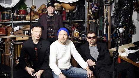 Ismo Alanko, Reijo Heiskanen, Jussi Kinnunen ja Harri Kinnunen valmistautuivat viime marraskuussa tulevan kesän konsertteihin Kaapelitehtaalla Ismo Alangon yhtyeen treenitiloissa.