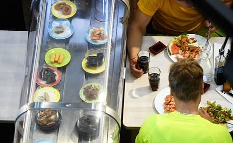 Asiakkaat ruokailevat aasialaisessa ravintolassa kauppakeskus Eastonissa Itäkeskuksessa Helsingissä 15. elokuuta 2019.