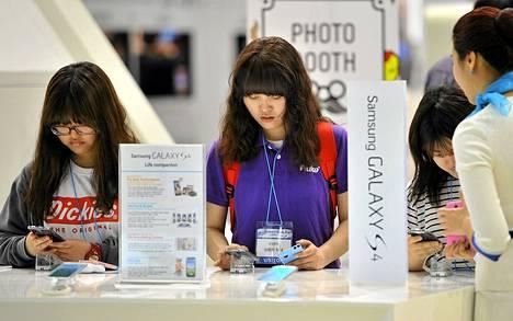 Vierailijat katselivat Samsungin Galaxy S4 -puhelimia tekniikkamessuilla Soulissa viime viikon tiistaina.
