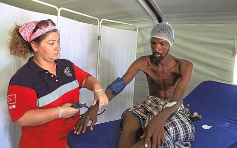 Vapaaehtoistyöntekijä hoiti somalimiestä turkkilaisten pyörittämässä sairaalassa eteläisessä Mogadishussa viime vuoden toukokuussa. Sodan runtelema Somalia on Turkin tärkeimpiä avustuskohteita.