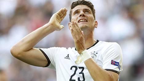 Saksan Mario Gomez EM-turnauksen neljännesvälierässä Slovakiaa vastaan.