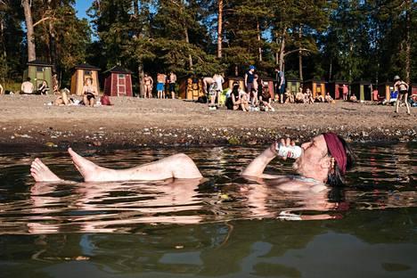"""""""Tämä saattaa olla yksi elämäni parhaista hetkistä"""", sanoo Pihlajasaaren rannalla kelluva Tomi-Antton Muujärvi"""