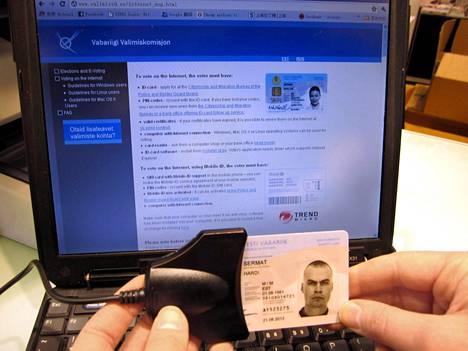 Äänestäjä varmentaa Virossa henkilöllisyytensä esimerkiksi henkilökortilla.