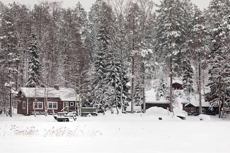 Poliisi-Erämiesten metsästysmaja apurakennuksineen sijaitsee järven rannalla. Tammikuun lopussa metsästysmajan liepeillä oli hiljaista.